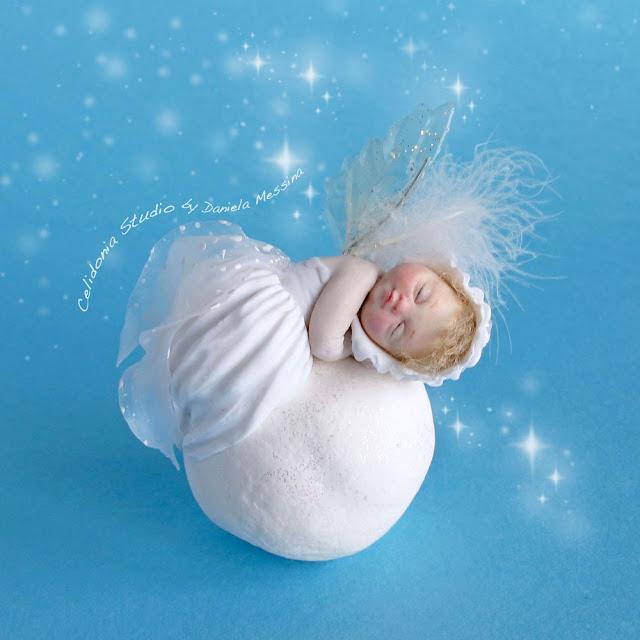 Baby Fatina su una pallina di Neve - Art Doll in Pasta Polimerica