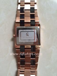 Logo jam tangan terlihat jelas beserta nomor serinya