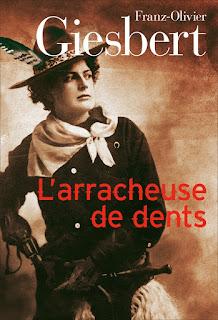 Photo de femme avec chapeau et en tenue d'éclaireur