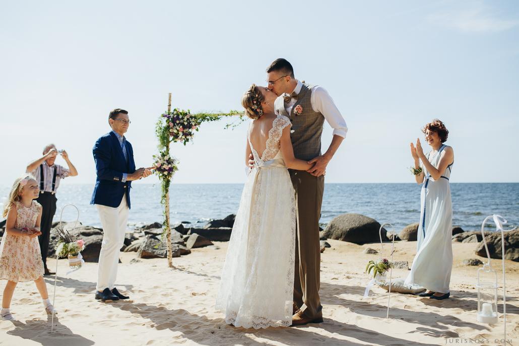 pirmais skūpsts ceremonija pie jūras