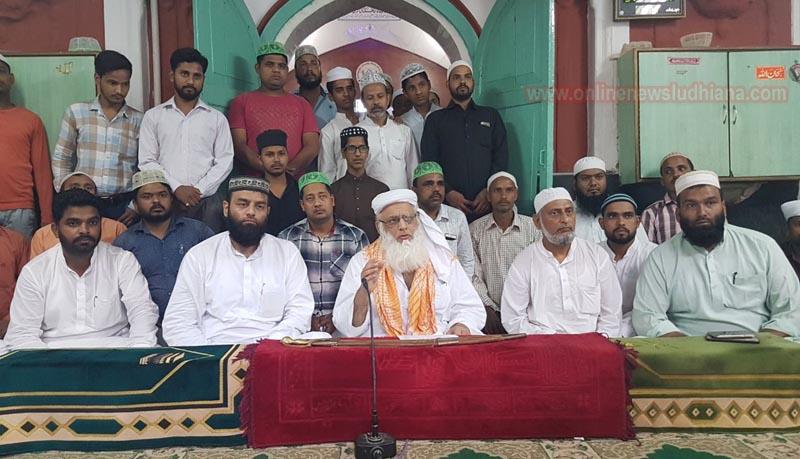 जामा मस्जिद में पत्रकार सम्मेलन को संबोधित करते हुए शाही इमाम पंजाब मौलाना हबीब उर रहमान सानी लुधियानवी