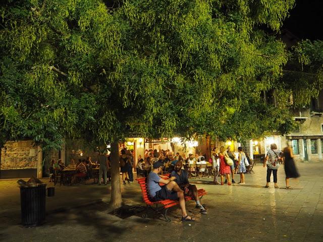 Na jednom z několika desítek náměstíček, Benátky v noci - Venezia at night