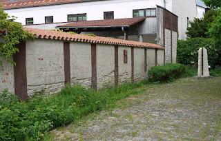 13 m Originalreste der ursprünglich fast 10 km langen Pfostenschlitzmauer des Oppidum Alkimoennis und eine Rekonstruktion ihrer ursprünglichen Höhe