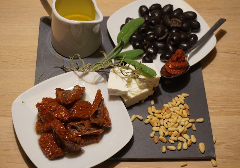 Focaccia mit Oliven, getrockneten Tomaten und Schafskäse - Zutaten