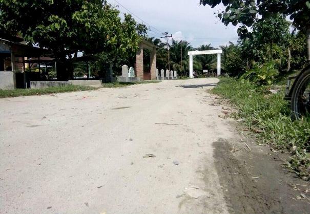 Kondisi jalan di depan gerbang masuk objek wisata PAS Timuran.