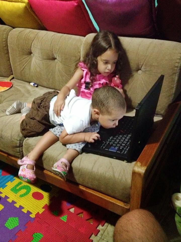 Sophia y Fabian viendo el laptop