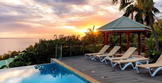 Carbet , chaise alongées et  piscine vue sur la mer