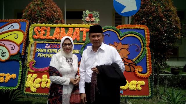 Drs. Alwis bersama istri
