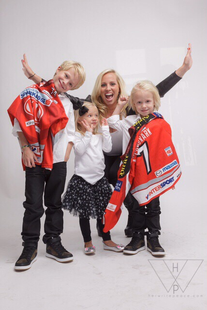 Doing it Right: The Life of a Hockey Wife ERICA LUNDMARK