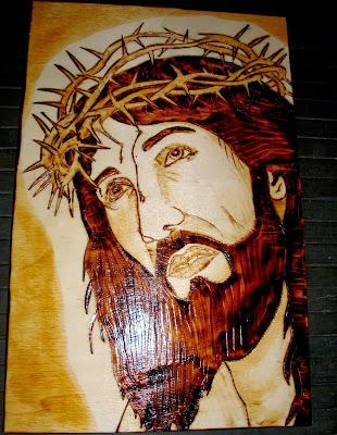 Jesus Cristo crussificado em pirogravura