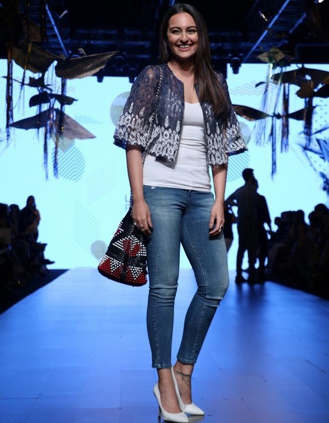 Sonakshi Sinha Walks The Ramp At Lakme Fashion 2017