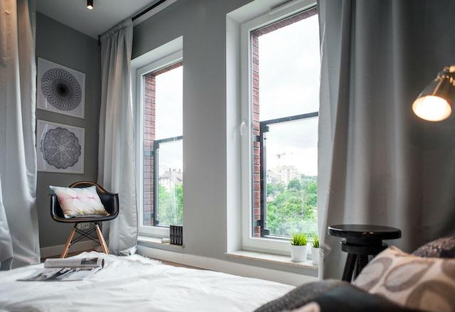 dormitorio con blanco, negro y gris
