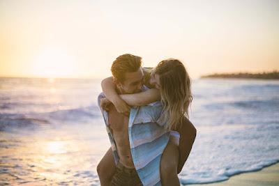 Couples-in-love-joy-sexxy-pose-romentic-mood-at-sea-pics