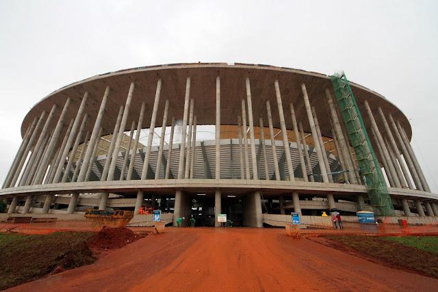 Fachada do Estádio Nacional de Brasília Mané Garricha, em março de 2013