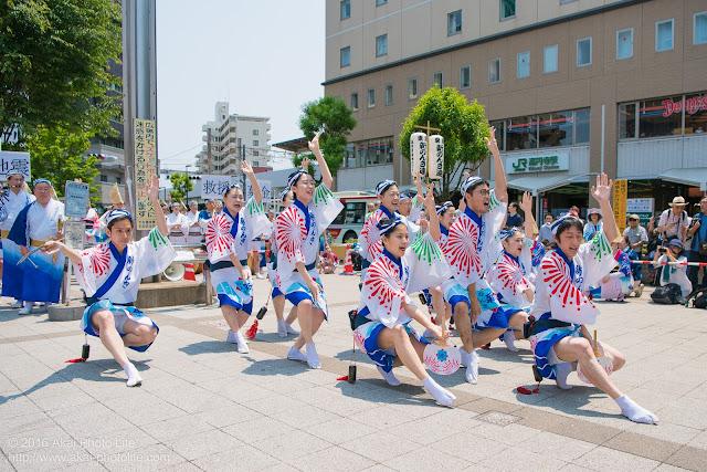 高円寺北口広場、阿波踊り、東京新のんき連の舞台踊りの写真