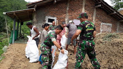 Koramil Majenang Turun Langsung Bersihkan Tanah Longsor Yang Menimpa Rumah Warga