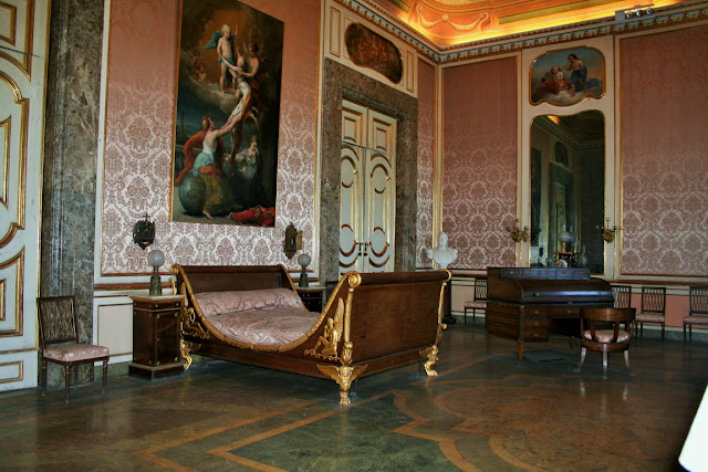 letto antico, comodino antichi, poltrone, camera da letto