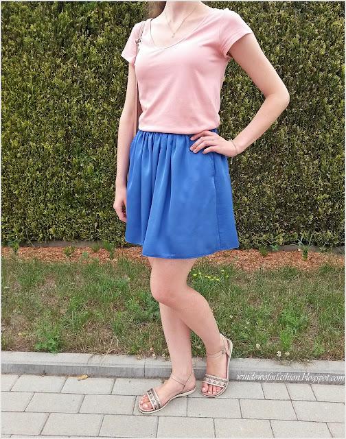 Chabrowa spódniczka, brzoskwiniowa bluzka, beżowe sandały, torebka- serce, biżuteria z gwiazdkami