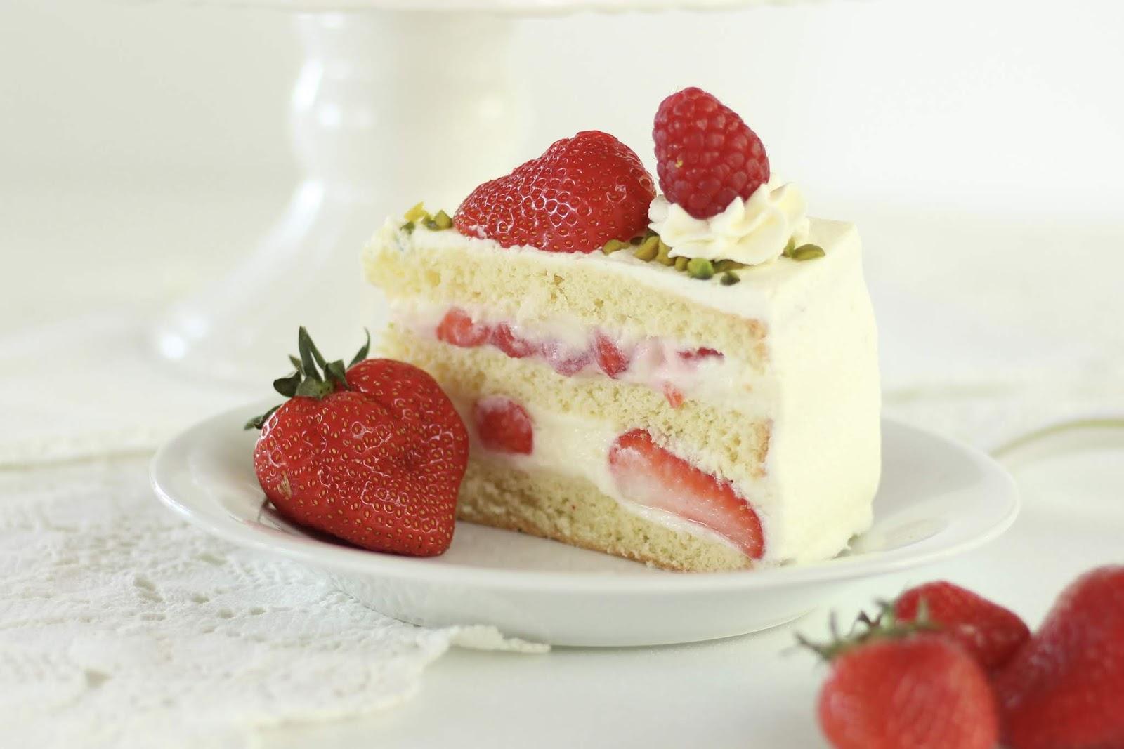 Erdbeer-Biskuit-Torte mit Sahne-Joghurt-Mousse-au-Chocolat - Rezept und Videotutorial