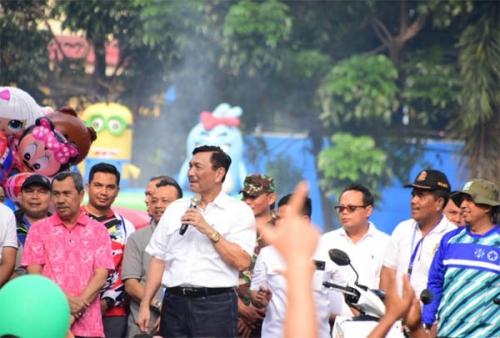 Disambut Salam Dua Jari di Pekanbaru, Luhut: Kalau Semua Setuju, Ya.. di Sorga Aja