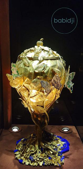 bijou comme une coupe en forme de sphère dessinée par Dali