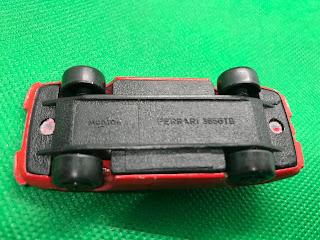 フェラーリ 365GTB のおんぼろミニカーを底面から撮影