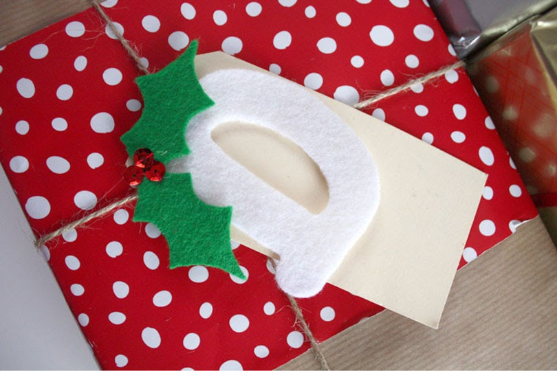 christmas diy custom gift wrapping and tag with felt holly