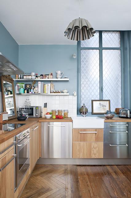 Cuisine avec parquet, mobilier bois et aluminium et peinture bleue horizon