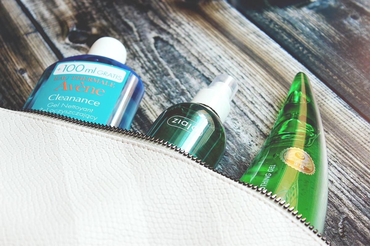 letni czas co zabrać na wyjazd, jakie kosmetyki na wyjazd, kosmetyczka na wakacje 2