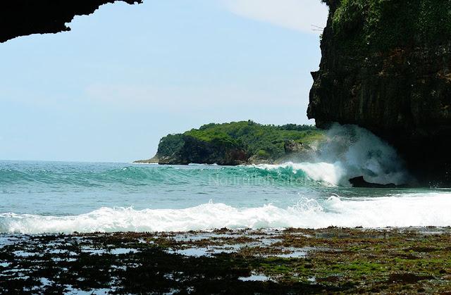 Ombak menerjang tebing pantai