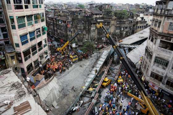 India flyover collapse: 14 dead and 150 trapped (Photos) 2