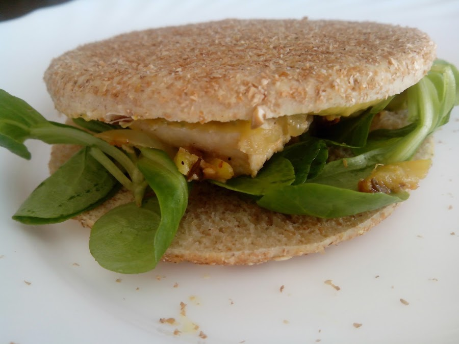 Fotografía sándwich de pollo con guacamole