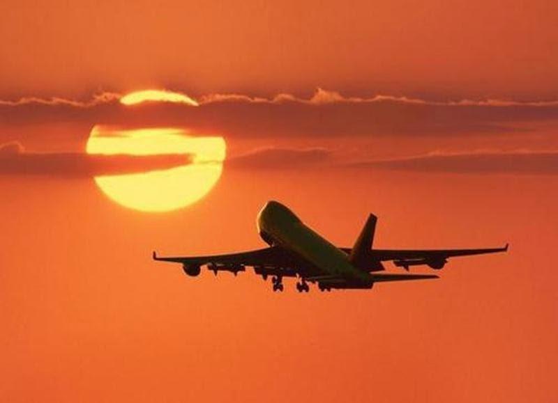 Tips Aman Liburan Naik Pesawat