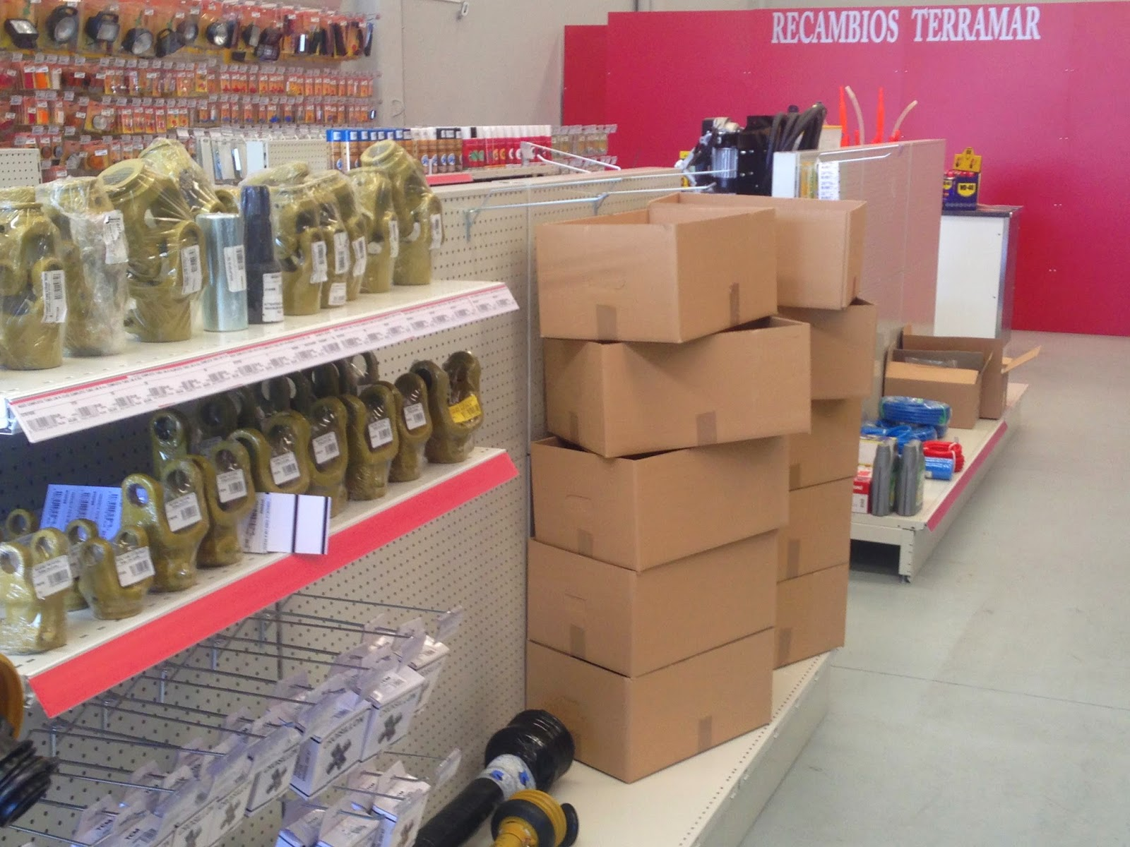 envases industriales de cartón ondulado en una tienda de recambios agricolas