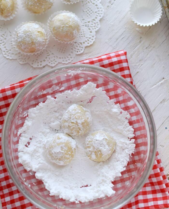 Las galletas polvorosas de coco se rebosan en azúcar glass para darles un toque mas delicado a la presentación
