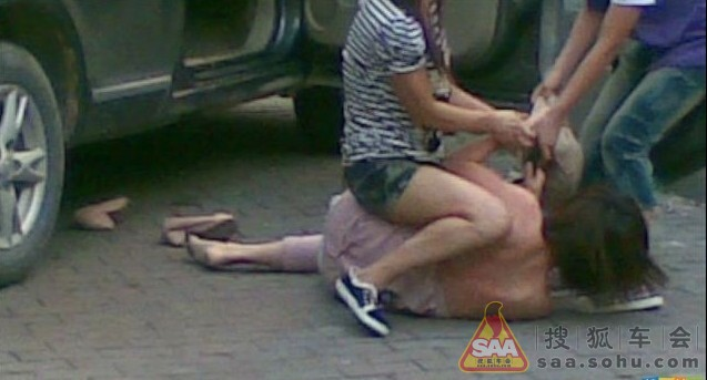 Russian Girl Films All Out Drunken Street Fight While Pretending To Take Selfies