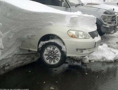 Auto im Winter frei machen vom Schnee Humor Bilder