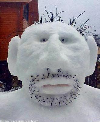 Gesicht eines Schnee-Mannes der sich nicht rasiert hat lustig