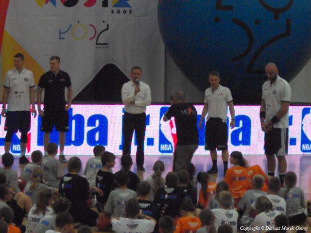Tomasz Trela Wiceprezydent Miasta Łodzi spotkał się z młodymi entuzjastami koszykówki. fot Dariusz Marek Gierej