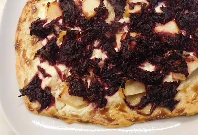 Rotkohlflammkuchen, Flammkuchen mit Rotkohl, Winterlicher Flammkuchen