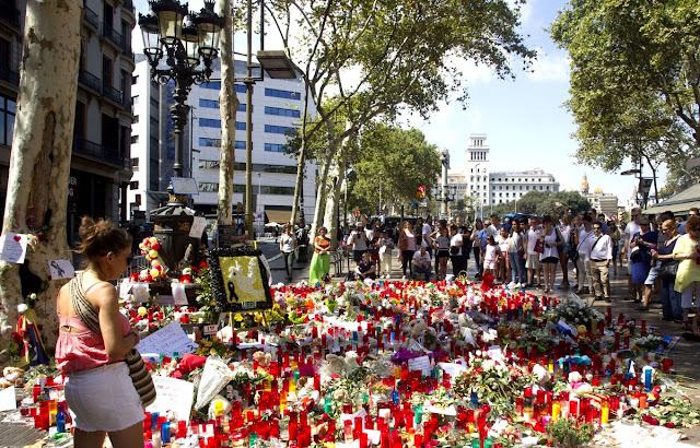 bougies et fleurs place Catalogne à Barcelone en hommage aux victimes du 18 août 2017