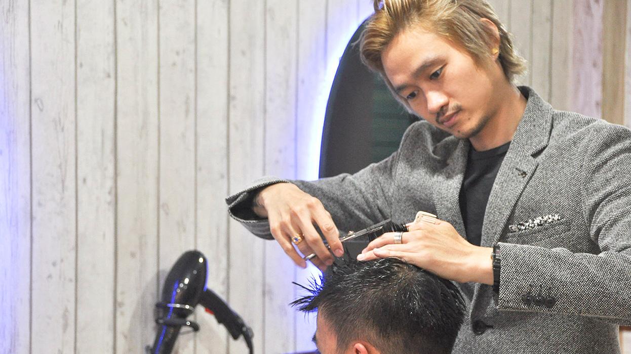 Xiao Vee Indonesian Beauty Blogger Higayon Hair Dressing Surabaya Semir Rambut Top Pria Yang Sedang Memotong Customer Ini Adalah Ko Miro Main Hairstylist Sekaligus Owner Dari Aku Datengnya Di Hari Sabtu