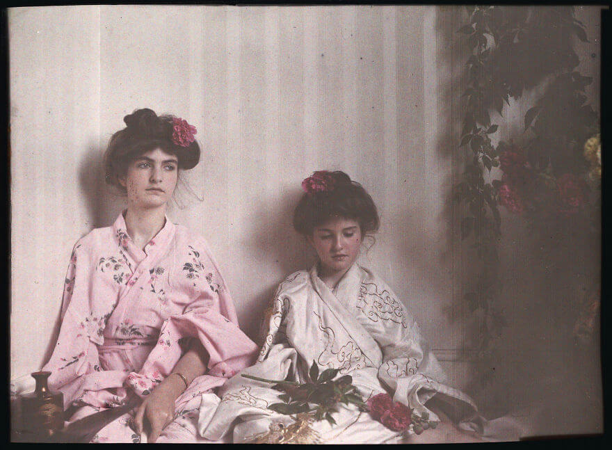 40 Old Color Pictures Show Our World A Century Ago - Two Girls In Oriental Costume, 1908