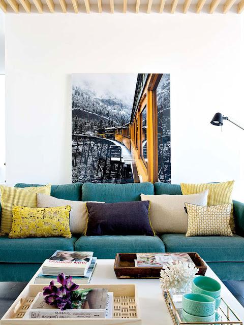 Perene colorate pe o canapea turcoaz