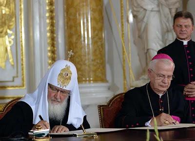 Poloneses recusam ato insincero, em benefício do novo ditador russo. Patriarca Kiril e arcebispo Michalik
