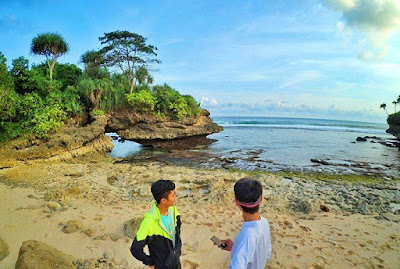 Pantai Karang Bolong Malang
