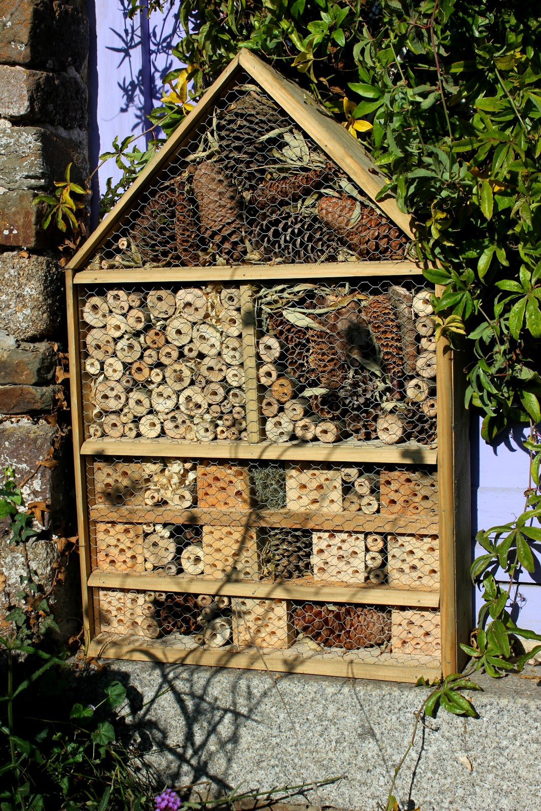 Home made repurposed wood luxury insect hotel or five for Diy hotel decor