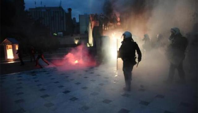 Άγρια επεισόδια έξω από τη Βουλή: Φωτιά σε φυλάκιο του Άγνωστου Στρατιώτη