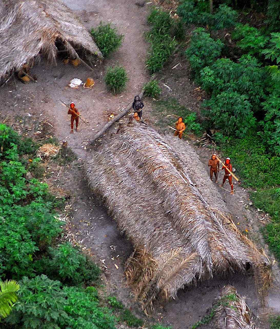 Cultura e crenças pagãs e primitivas inspirariam nova Igreja mais 'cristã' e 'ecologicamente correta'. Maloca na fronteira com o Peru