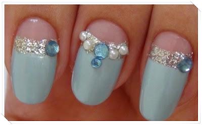 Azul, glitter, strass e pérolas nas unhas
